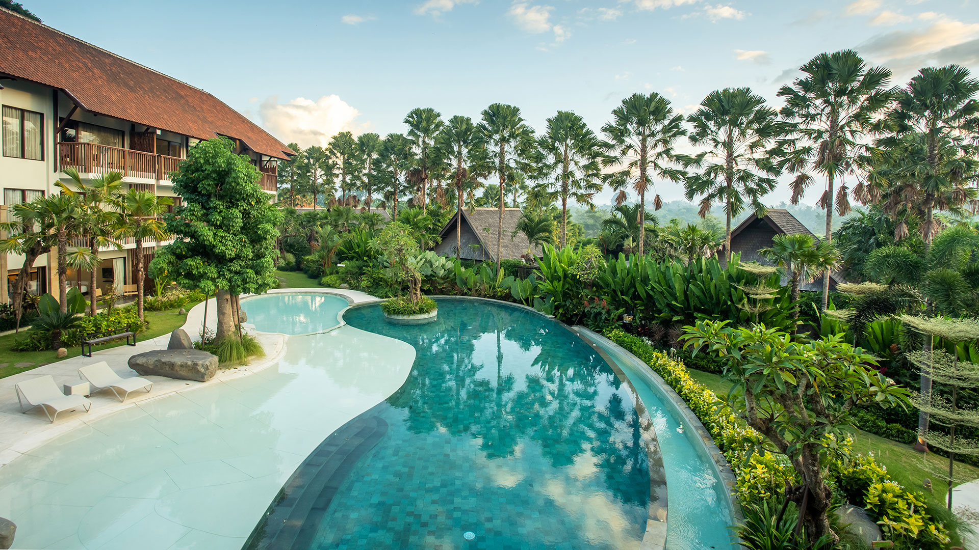 Sanctoo is a resort that owned by Bali Zoo that consist of villas and brand new suites located just beside the zoo itself. The main building has 26 unit suites with pool and a lush Ubud jungle